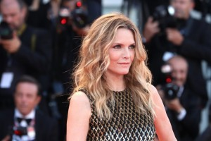 """Michelle Pfeiffer sul red carpet per presentare """"mother!"""" di Darren Aronofsky"""